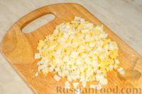 Фото приготовления рецепта: Новогодний салат с крабовыми палочками, ветчиной и сыром - шаг №6