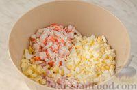 Фото приготовления рецепта: Новогодний салат с крабовыми палочками, ветчиной и сыром - шаг №8