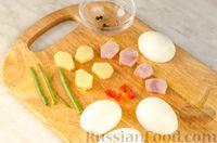 Фото приготовления рецепта: Новогодний салат с крабовыми палочками, ветчиной и сыром - шаг №13