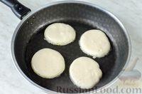 Фото приготовления рецепта: Оладьи с колбасой и сыром - шаг №9