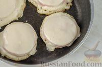 Фото приготовления рецепта: Оладьи с колбасой и сыром - шаг №11