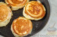 Фото приготовления рецепта: Оладьи с колбасой и сыром - шаг №12