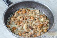 "Фото приготовления рецепта: Каша ""Дружба"" из риса, гречки и пшена, с лесными грибами - шаг №7"