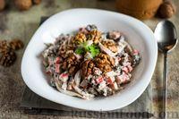 Фото к рецепту: Салат с кальмарами, крабовыми палочками, шампиньонами и орехами