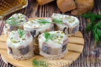 Фото к рецепту: Фуршетные рулетики из сельди с плавленым сыром и солёными огурцами