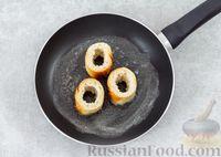 Фото приготовления рецепта: Яичница с сыром в хлебе - шаг №3