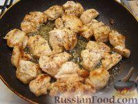 Фото приготовления рецепта: Грудка курицы со сливками и грибами - шаг №10