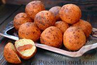 Фото к рецепту: Творожные пончики с черносливом и курагой, жаренные во фритюре