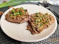 Фото к рецепту: Запечённая телятина под ореховой корочкой