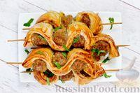 Фото к рецепту: Шашлычки из мясного фарша в слоёном тесте, запечённые на шпажках