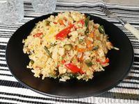Фото к рецепту: Жареный рис с курицей, стручковой фасолью, овощами и яйцами