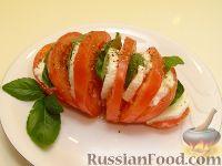 """Фото приготовления рецепта: Салат-закуска """"Капрезе"""" - шаг №6"""
