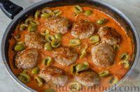 Фото приготовления рецепта: Мясные тефтели с сыром, в томатно-сметанном соусе с оливками - шаг №15