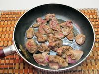 Фото приготовления рецепта: Куриная печень, тушенная в молоке - шаг №5