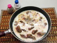 Фото приготовления рецепта: Куриная печень, тушенная в молоке - шаг №6