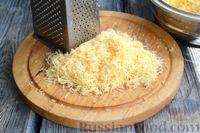 Фото приготовления рецепта: Слоёный пирог с беконом и яично-сырной начинкой - шаг №4