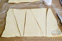 Фото приготовления рецепта: Слоёный пирог с беконом и яично-сырной начинкой - шаг №7