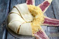 Фото приготовления рецепта: Слоёный пирог с беконом и яично-сырной начинкой - шаг №10