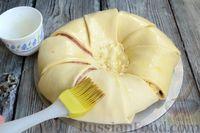 Фото приготовления рецепта: Слоёный пирог с беконом и яично-сырной начинкой - шаг №12
