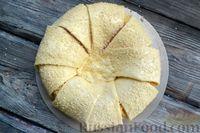 Фото приготовления рецепта: Слоёный пирог с беконом и яично-сырной начинкой - шаг №13