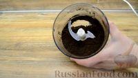 """Фото приготовления рецепта: Десерт """"Цветок в горшке"""" из шоколадного печенья и сырного крема - шаг №6"""