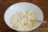 Фото приготовления рецепта: Творожно-кокосовый десерт со сгущёнкой, белым шоколадом и миндалём - шаг №4