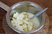Фото приготовления рецепта: Творожно-кокосовый десерт со сгущёнкой, белым шоколадом и миндалём - шаг №5