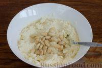 Фото приготовления рецепта: Творожно-кокосовый десерт со сгущёнкой, белым шоколадом и миндалём - шаг №8