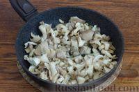 Фото приготовления рецепта: Суп с нутом, шпинатом и грибами - шаг №4
