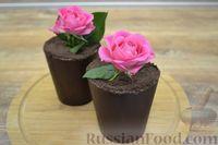 """Фото приготовления рецепта: Десерт """"Цветок в горшке"""" из шоколадного печенья и сырного крема - шаг №8"""