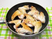 Фото приготовления рецепта: Куриные крылышки, тушенные  в томатном соусе - шаг №4