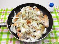 Фото приготовления рецепта: Куриные крылышки, тушенные  в томатном соусе - шаг №5