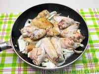 Фото приготовления рецепта: Куриные крылышки, тушенные  в томатном соусе - шаг №6