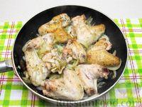 Фото приготовления рецепта: Куриные крылышки, тушенные  в томатном соусе - шаг №7