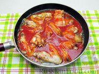 Фото приготовления рецепта: Куриные крылышки, тушенные  в томатном соусе - шаг №10