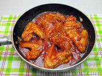 Фото приготовления рецепта: Куриные крылышки, тушенные  в томатном соусе - шаг №11