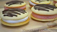 Фото к рецепту: Бисквитное печенье-сэндвич с клубничной и сахарной начинкой