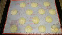 Фото приготовления рецепта: Бисквитное печенье-сэндвич с клубничной и сахарной начинкой - шаг №4