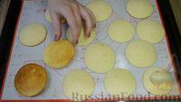 Фото приготовления рецепта: Бисквитное печенье-сэндвич с клубничной и сахарной начинкой - шаг №5