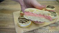 Фото приготовления рецепта: Бисквитное печенье-сэндвич с клубничной и сахарной начинкой - шаг №10
