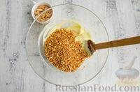 Фото приготовления рецепта: Шарики из песочной крошки с заварным сметанным кремом и орехами - шаг №10