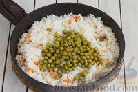 Фото приготовления рецепта: Рис с морковью и консервированным горошком - шаг №5