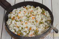 Фото приготовления рецепта: Рис с морковью и консервированным горошком - шаг №6