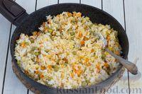 Фото приготовления рецепта: Рис с морковью и консервированным горошком - шаг №7