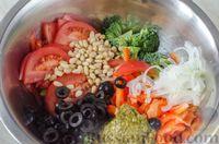 Фото приготовления рецепта: Салат из брокколи и помидоров, с перцем, маслинами и песто - шаг №8