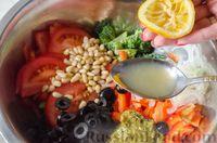 Фото приготовления рецепта: Салат из брокколи и помидоров, с перцем, маслинами и песто - шаг №9