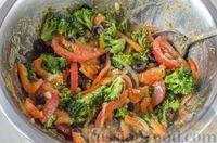 Фото приготовления рецепта: Салат из брокколи и помидоров, с перцем, маслинами и песто - шаг №10