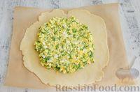 Фото приготовления рецепта: Открытый пирог с сыром и варёными яйцами - шаг №10