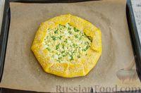 Фото приготовления рецепта: Открытый пирог с сыром и варёными яйцами - шаг №12