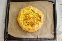 Фото приготовления рецепта: Открытый пирог с сыром и варёными яйцами - шаг №13